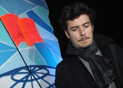 Orlando signant un morceau de l'ancien mur de Berlin lors de la soirée Cinema for Peace 2010.